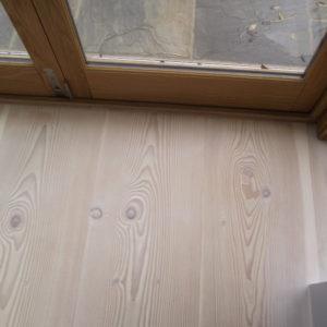 Carpintería exterior de madera maciza y herrajes con sistemas de apertura oscilobatientes de seguridad.